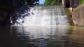 Barrages de l'eau, avec des écoulements d'eau banque de vidéos