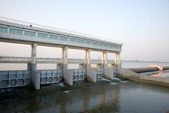 Barrages modernes sur le fleuve de Yang Tsé Kiang de la Chine Images stock