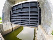Barraggio acquatico nero gigante del portone del metallo ad una diga nella vista grandangolare di visione immagine stock libera da diritti