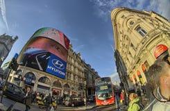 Barramento vermelho do autocarro de dois andares nas ruas de Londres imagens de stock royalty free