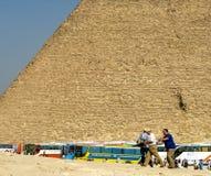 Barramentos de excursão que trazem turistas a Giza. Fotos de Stock