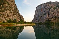 Barranca del río de Cetina cerca de Omis Fotos de archivo libres de regalías