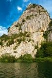 Barranca del río de la montaña cerca partida Fotografía de archivo libre de regalías