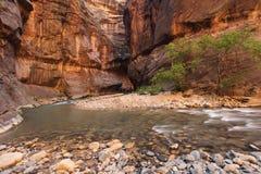 Barranca y río al aire libre con la agua corriente Imagenes de archivo