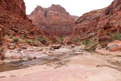 Barranco Barranco-bermellón del río del desierto-Paria de los acantilados de AZ-UT-Paria foto de archivo