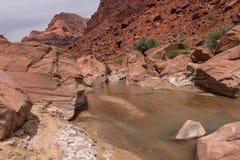 Barranco Barranco-bermellón del río del desierto-Paria de los acantilados de AZ-UT-Paria imagenes de archivo