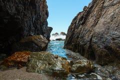 Barranco colorido de la playa de la onda que se estrella fotografía de archivo libre de regalías