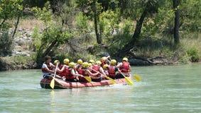 BARRANCO DE KOPRULU - TURQUÍA - JULIO DE 2016: Riegue transportar en balsa en los rápidos del río Koprucay en el barranco de Kopr Fotos de archivo libres de regalías