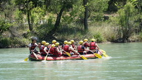 BARRANCO DE KOPRULU - TURQUÍA - JULIO DE 2016: Riegue transportar en balsa en los rápidos del río Koprucay en el barranco de Kopr Foto de archivo