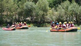 BARRANCO DE KOPRULU - TURQUÍA - JULIO DE 2016: Riegue transportar en balsa en los rápidos del río Koprucay en el barranco de Kopr Imagen de archivo libre de regalías