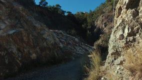 Barranco de la montaña en reserva de naturaleza Paisaje natural con las montañas y las colinas almacen de metraje de vídeo