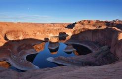 Barranco de la reflexión en la puesta del sol y la salida de la luna Foto de archivo