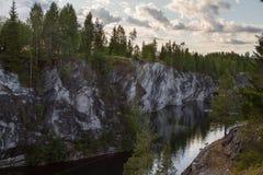 Barranco de mármol en el lago en Karelia en verano Fotos de archivo