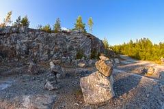 Barranco de mármol en Karelia encendido al norte de Rusia Fotos de archivo libres de regalías