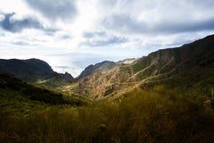 Barranco de Masca Luz y sombra El ir de excursión en el volcán Imagen de archivo libre de regalías