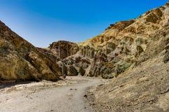 Barranco de oro con el cielo azul en el parque nacional de Death Valley Califo imagen de archivo