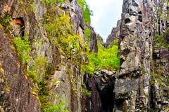 Barranco de piedra formado por los altos acantilados Imagenes de archivo
