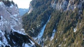 Barranco de Zanoaga, parque natural de Bucegi, Rumania, en invierno metrajes