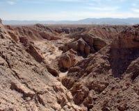Barranco del desierto con las montañas Imágenes de archivo libres de regalías