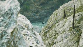 Barranco en la trayectoria alpina del viaje del circuito de Manaslu almacen de metraje de vídeo