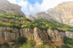 Barranco en las montañas cerca del pueblo de Griz Guba azerbaijan foto de archivo