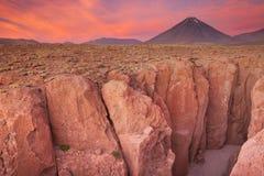 Barranco estrecho y Volcan Licancabur, desierto de Atacama, Chile en su Imagenes de archivo