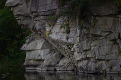 Barranco hermoso de Fjadrargljufur con el río y las rocas grandes Bucky Canyon ayuna río Imagen de archivo libre de regalías