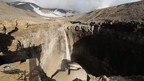 Barranco peligroso, cascada en el río Vulkannaya Volcán de Mutnovsky kamchatka almacen de video
