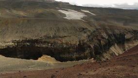Barranco peligroso cerca del volcán de Mutnovsky en Kamchatka almacen de metraje de vídeo