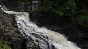 Barranco tallado por esta cascada majestuosa durante el 1 pasado 2 mil millones años metrajes