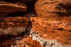 Barranco viejo de la arcilla en la playa Imagen de archivo libre de regalías