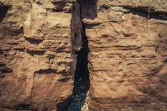 Barranco viejo de la arcilla en la playa Imagenes de archivo