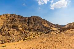 Barranco y desierto contra un cielo azul Imagen de archivo libre de regalías