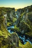 Barranco y río de Fjadrargljufur en Islandia suroriental Imágenes de archivo libres de regalías
