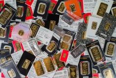 Barras acuñadas del oro y del diverso peso de plata sellados en los fabricantes de empaquetado originales Lingotes del oro y de l imagen de archivo