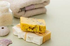 Barras amarelas do sabão orgânico natural com mel e as ervas secadas fotografia de stock