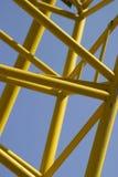 Barras amarillas contra el cielo azul Fotos de archivo libres de regalías