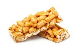 Barras com os amendoins isolados fotos de stock