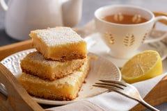 Barras cozidas caseiros do limão e copo do chá imagens de stock royalty free
