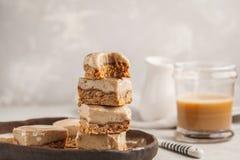 Barras cruas do caramelo do café Sobremesa saudável fotografia de stock
