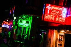 Barras da rua de Nova Orleães Bourbon e clubes 2 do sexo Fotografia de Stock