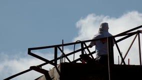 Barras de ángulo de la soldadura del trabajador para hacer los bragueros del tejado siluetas metrajes