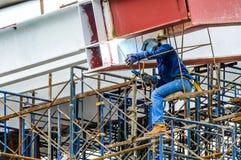 Barras de aço de solda de um trabalhador da construção. Fotografia de Stock Royalty Free