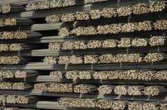 Barras de aço, material de construção para o concreto, empilhado em um Pla imagens de stock royalty free