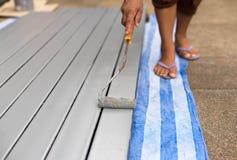 Barras de acero de pintura del trabajador con el paintroller Imagen de archivo libre de regalías