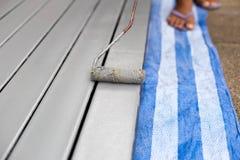 Barras de acero de pintura del trabajador con el paintroller Fotos de archivo libres de regalías
