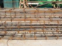 Barras de acero de refuerzo para la armadura constructiva en emplazamiento de la obra Fotos de archivo libres de regalías