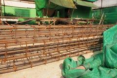 Barras de acero de refuerzo para la armadura constructiva en emplazamiento de la obra Imagenes de archivo