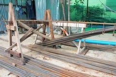 Barras de acero de refuerzo para la armadura constructiva en emplazamiento de la obra Fotografía de archivo
