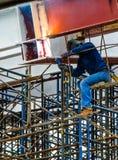 Barras de acero de soldadura de un trabajador de construcción Fotos de archivo libres de regalías